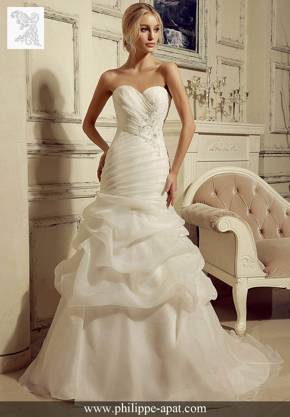 4e2cc6dc79020 Cette robe formelle de mariée sirène 2016 en organza a un corsage plissé et  une jupe avec des bulles avec un joli corset.