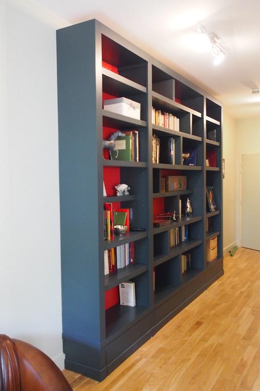 Bibliothque contemporaine dans couloir