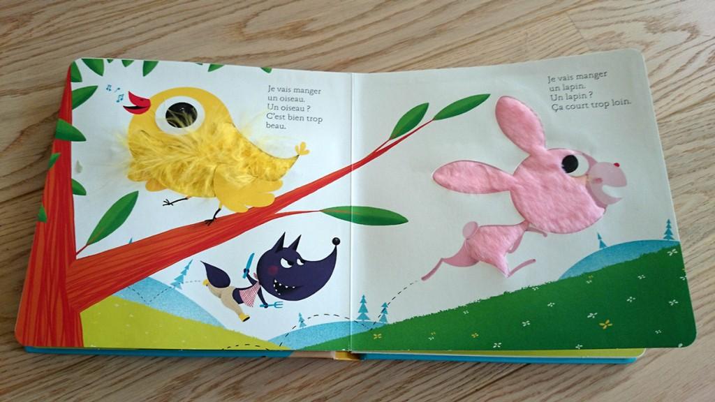Oiseau et lapin dans livre à toucher Si le loup revenait