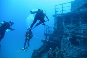 Plongeurs sur épave