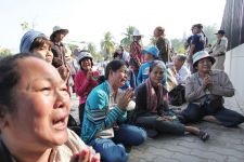 Land rights activists call for the release of 23 detained people yesterday in front of the US embassy in Phnom Penh.