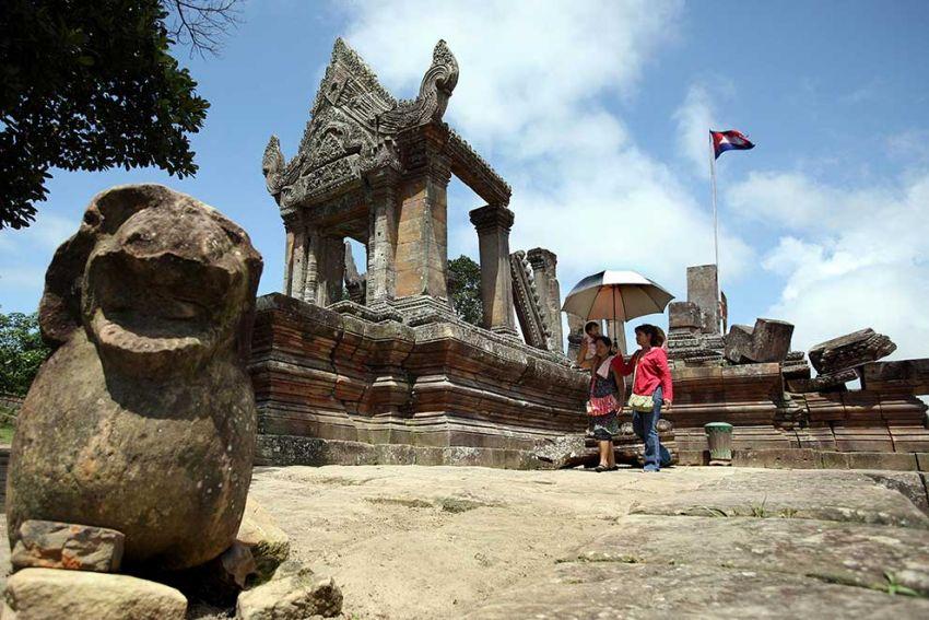 tourists_visit_the_preah_vihear_temple_in_2015._heng_chivoan-2