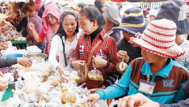 Garment factory workers purchase lunch from vendors in Kampong Cham's Cheng Prey district in 2014.