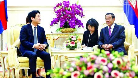Kentaro Sonoura, adviser to Japanese Prime Minister Shinzo Abe, meets with Prime Minister Hun Sen on Friday about the possibility of opening negotiations with the dissolved CNRP. Facebook
