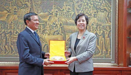 Cambodian National Rescue Party deputy leader Kem Sokha and the Chinese Ambassador to Cambodia, Bu Jianguo