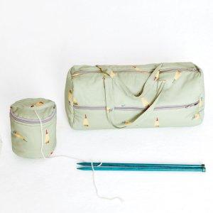Projekttasche für Stricknadeln und Strickstück. Dazu eine Mini-Tasche für das aktuell zu verstrickende Knäuel, mit Öffnung für den Faden. Schnittmuster