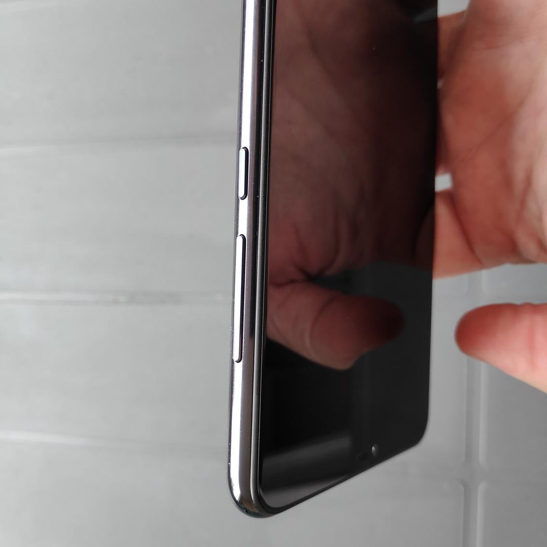La tranche droite du Xiaomi MI 8 Lite