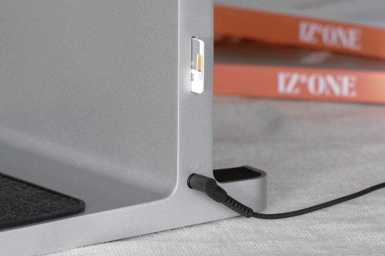 3.5mm headphone jack and SD Card slot on the Kensington StudioDock.