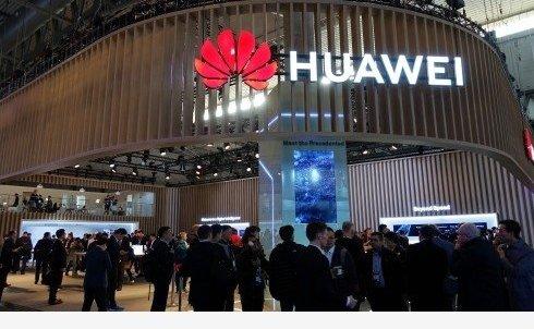 Huawei working on wild Mate smartphone with tri-fold display