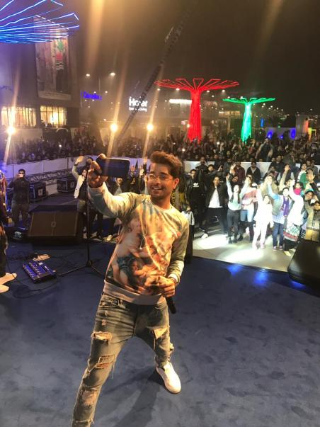 An Eve Packed With Entertainment in Lahore Powered by HONOR Featuring Asim Azhar & Mehwish Hayar for the 1ST Time in Pakistan