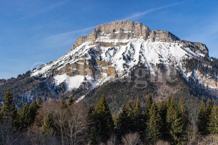 Le sommet de Chamechaude derrière la cabane de Pleynon, sur le tour de la Chartreuse