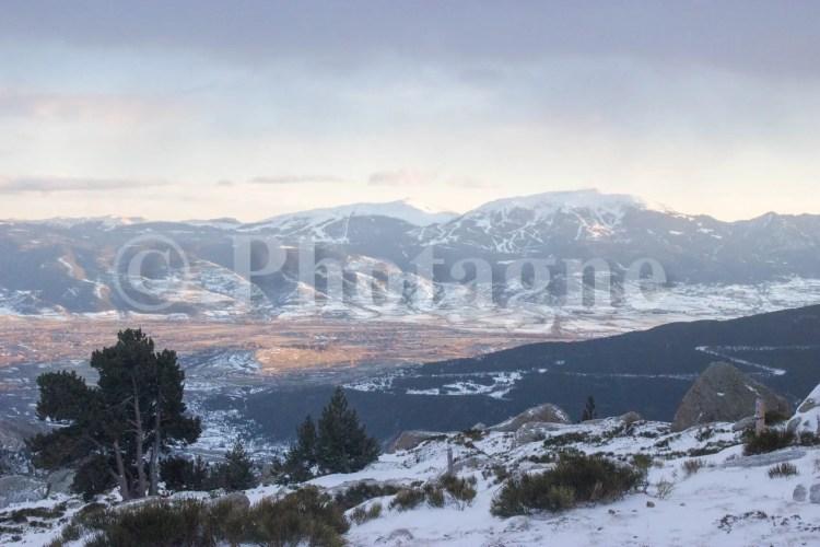 Vue sur la vallée de Latour-de-Carol depuis la cabane du Serrat del Freser, en raquettes dans les Pyrénées catalanes
