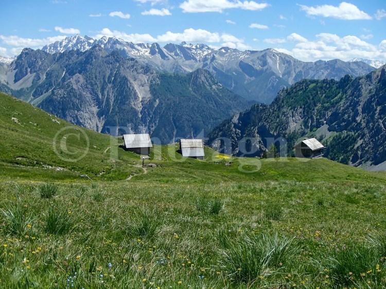 Les granges de Furfande devant les sommets du Queyras