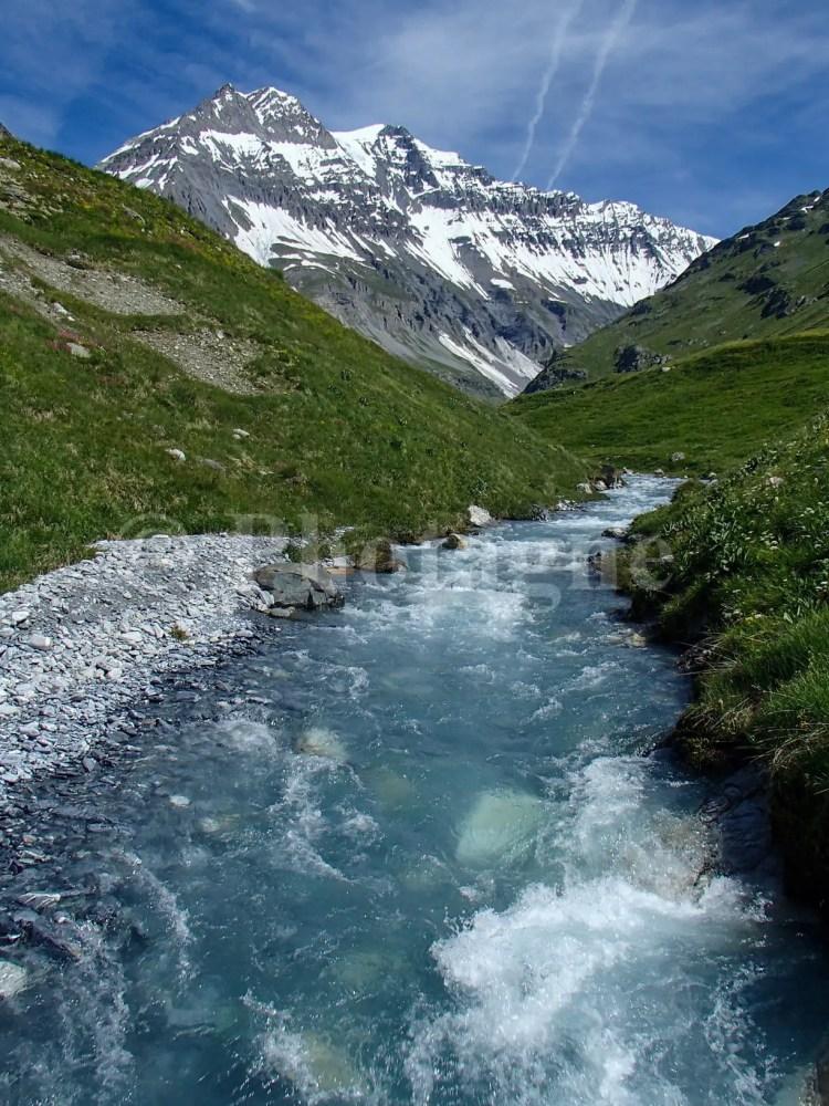 Torrent alpin et vue sur la Grande Casse