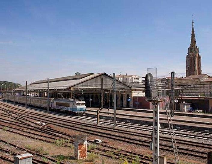 Gare d'Agen coté voie avec l'église Sainte foy en arrière plan  ©photo Patrick Clermont