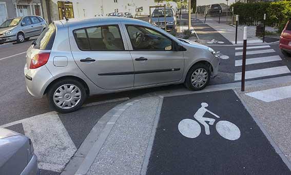 Voiture en stationnement sur piste cyclable © photo Patrick Clermont