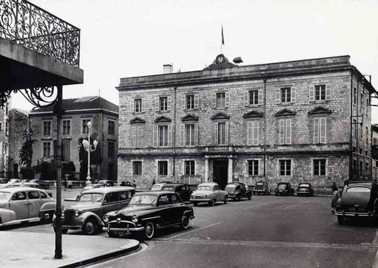 place-de-lhotel-de-ville-en-1950