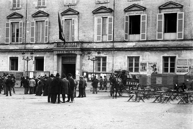 Devant la Mairie d'Agen en 1910