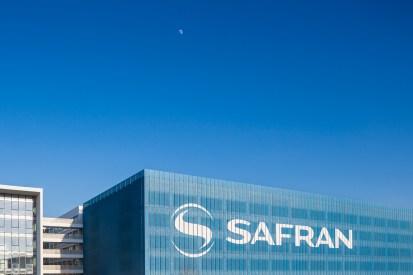 Façade extérieure parking avec logo Safran sur le bâtiment Safran à Toulouse - Architecture Design