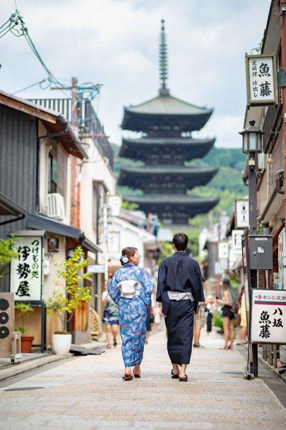 着物で散策するカップルの後ろ姿の撮影のサンプル写真
