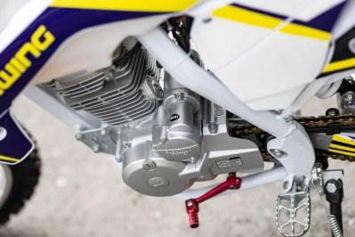 オートバイのRX230FSのエンジンやフレームの写真