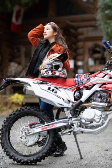 オートバイのRX230Fと赤いジャケットを着たモデルの写真