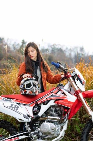 オートバイのRX230Fと赤いジャケットを着たモデルのイメージカット写真