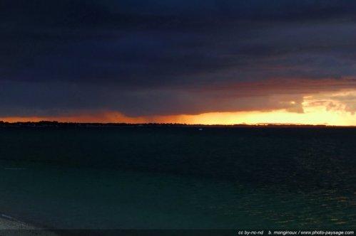 Pluie et lueurs d'aube au dessus de la baie de quiberon