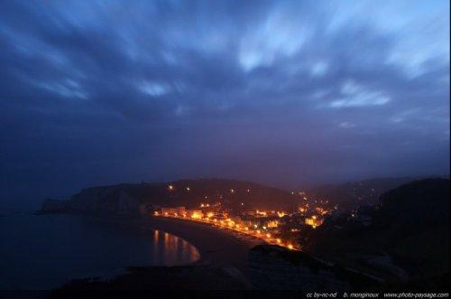 Brume matinale sur les falaise normandes, Etretat, arche et falaise d'aval.