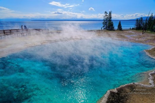 Black pool, West Thumb geyser bassin En arrière plan : le lac de Yellowstone Parc national de Yellowstone, Wyoming, USA