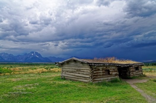Cunningham cabin historic site, au milieu d'une prairie du parc national de Grand Teton (Wyoming, USA)