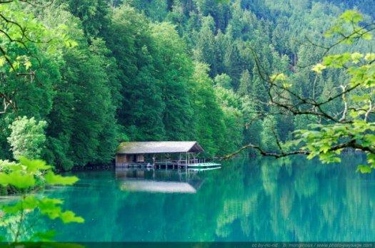 Hangar à bateaux sur un lac de montagne, photographié dans la Bavière allemande.