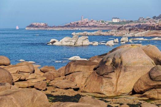 La côte de granit rose et le phare de Mean Ruz à Ploumanac'h Vus depuis la presqu'île Renote (Trégastel) Côtes-d'Armor, Bretagne