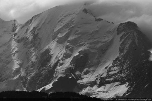 Paysage en noir et blanc : le pic et le glacier de Bionnassay sur le massif du Mont-Blanc