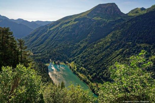Le lac de Montriond vu depuis le Belvédère de Montriond. Remarque : ce belvédère ne fait pas partie de cette balade: il est accessible depuis un sentier de randonnée sur le versant nord de la montagne de Séraussaix, en partant de l'entrée de la station d'Avoriaz.