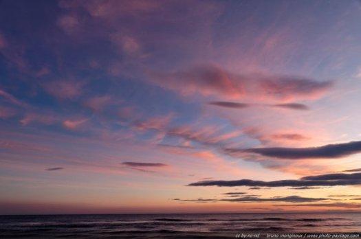 Un crépuscule teinté de mauve au dessus de la mer méditerranée