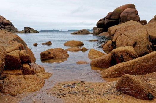 Au milieu des rochers sur une plage à marée basse, sur la côte de granit rose (Côtes-d-Armor)