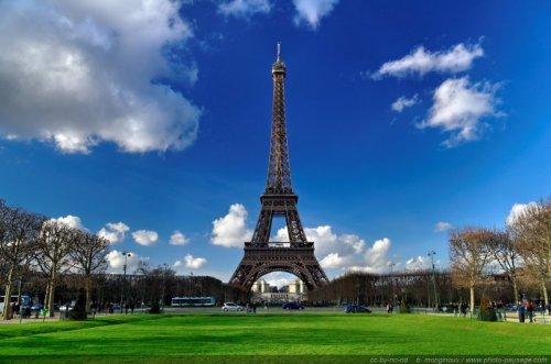 La Tour Eiffel par temps ensoleillé, vue depuis le champs de mars