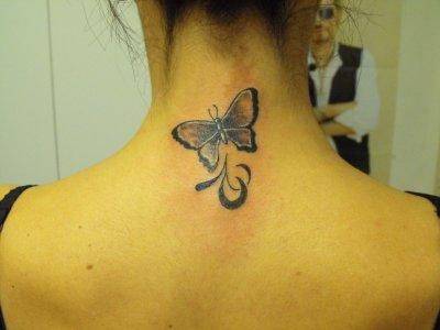 tatouage papillon nuque