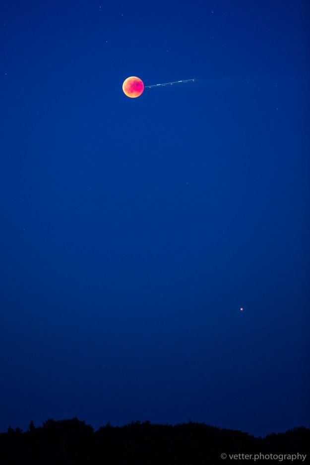 der Mond, vollständig im Schatten der Erde. Unten rechts ist der Mars zu erkennen.
