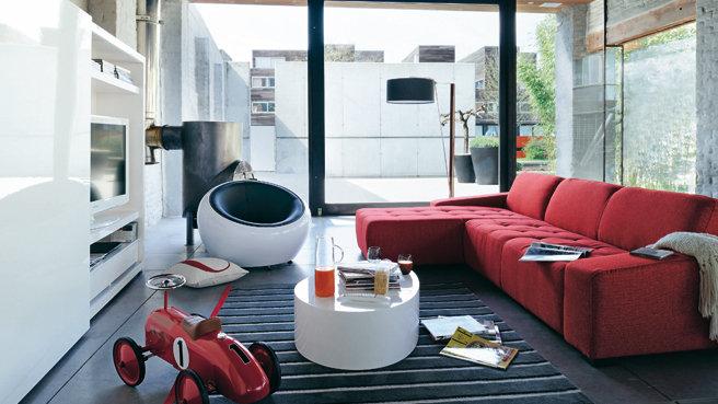 dcoration salon divan rouge