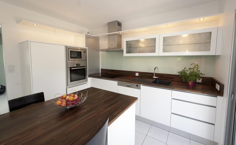 Meuble de cuisine noir laqu meuble cuisine blanc laqu - Cuisine noir laque plan de travail bois ...
