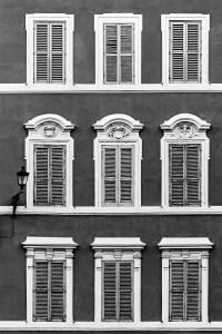 9 Fenster und 1 Laterne (sw) - PHOTOGALERIE WIESBADEN - im süden - fenster und türen