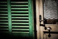 Fensterladen neben der Tuer - PHOTOGALERIE WIESBADEN - im süden - fenster und türen