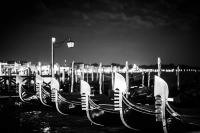 gondeln bei nacht 9<br> <br>v : e : n : e : z : i : a<br>limitierte edition<br>© PHOTOGALERIE WIESBADEN