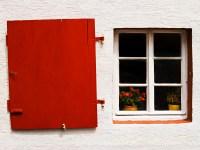 roter Fensterladen - PHOTOGALERIE WIESBADEN - im süden - fenster und türen