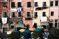 viele Fenster - viele Sonnenschirme (entsaettigt) - PHOTOGALERIE WIESBADEN - im süden - fenster und türen