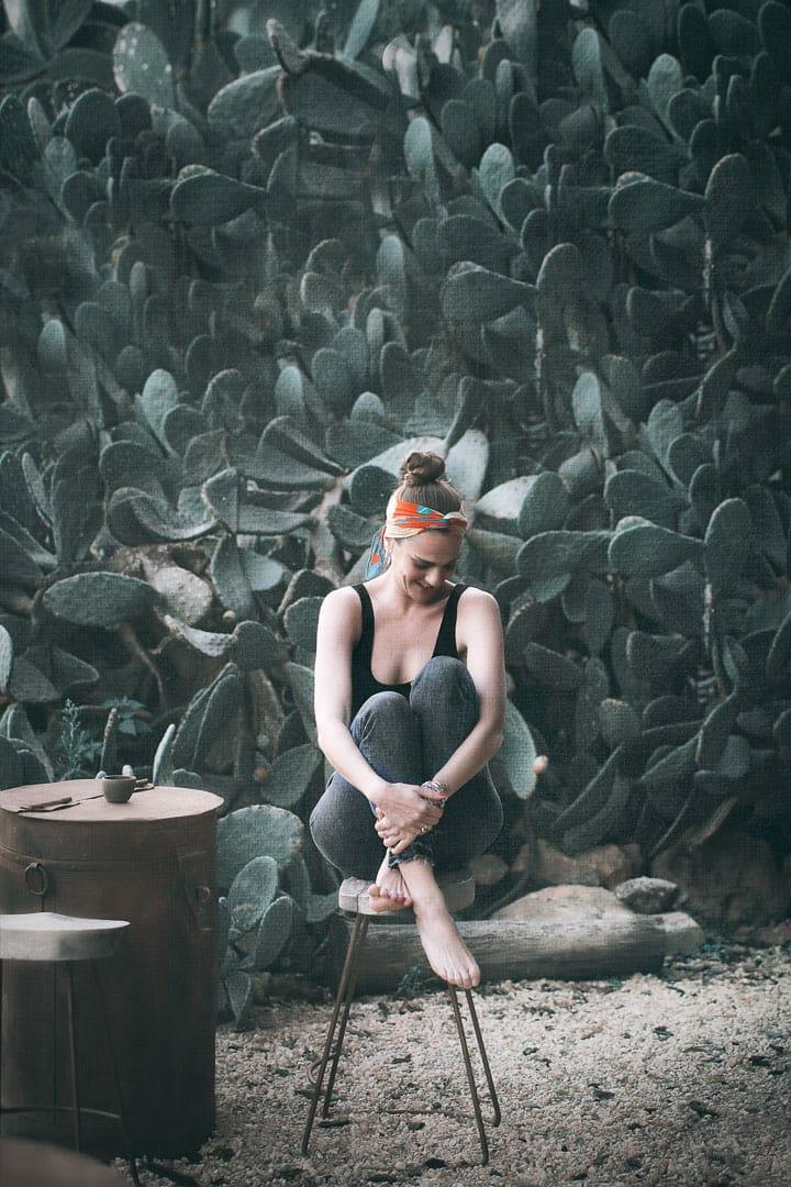 imagen de chica sentada en un taburete en restaurante del hotel la granja de ibiza