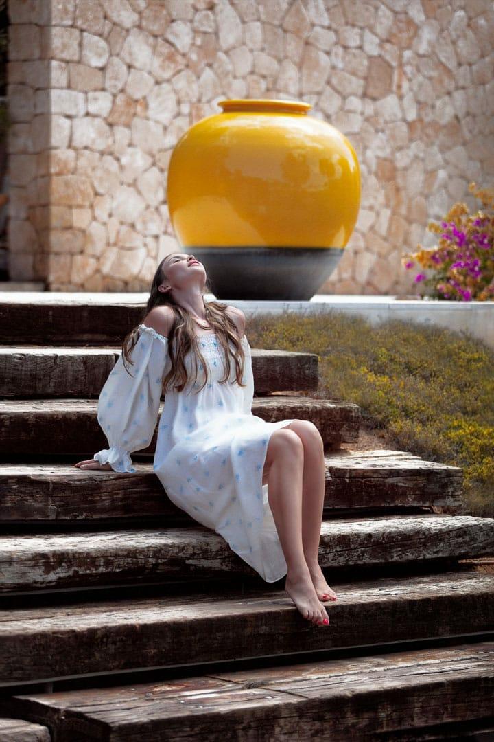 posado modelo en escaleras de madera de casa agua bea bermejo photographer ibiza professional photographer ibiza
