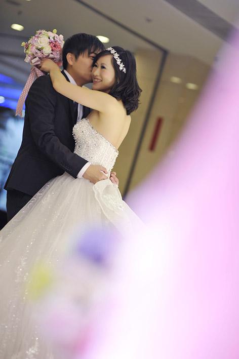 bride and groom warm hug wedding picture